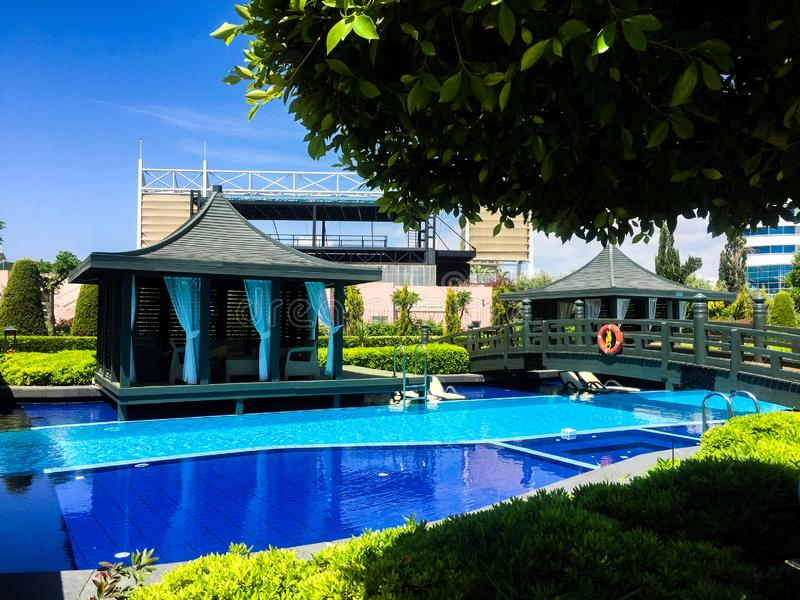 Simbassäng i lyxigt tropiskt hotell arkivbild
