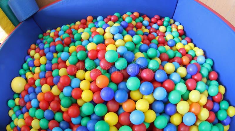 Simbassäng med överflöd av färgrika plast- bollar royaltyfri bild