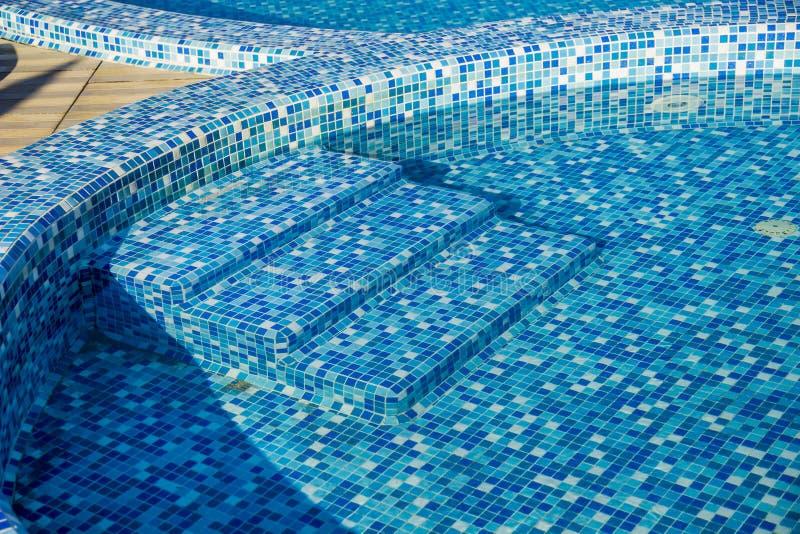 Simbassäng med den blåa mosaiken arkivfoto