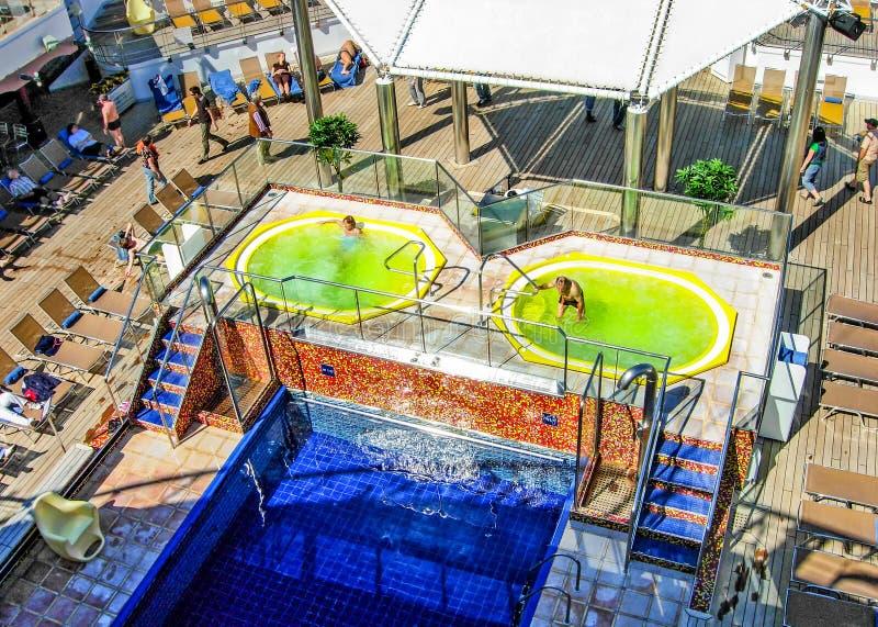 Simbassäng och bubbelpooler ombord kryssningskeppet Costa Magica fotografering för bildbyråer