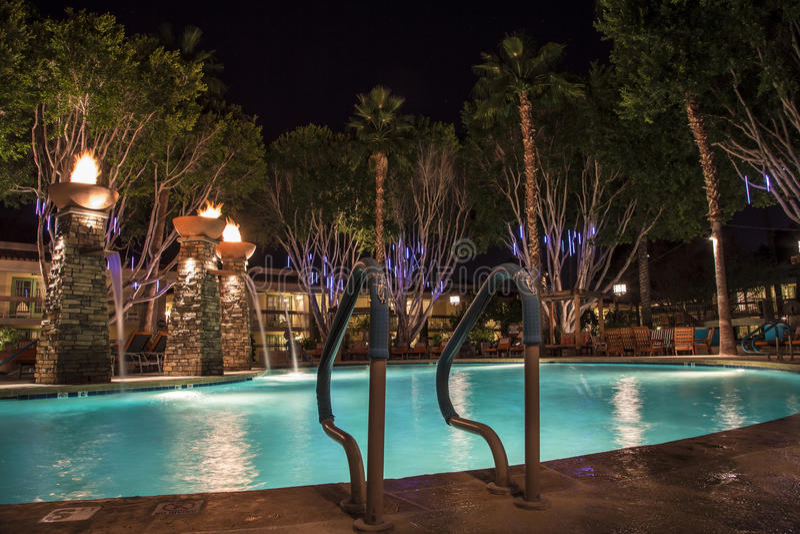Simbassäng på natten royaltyfri foto