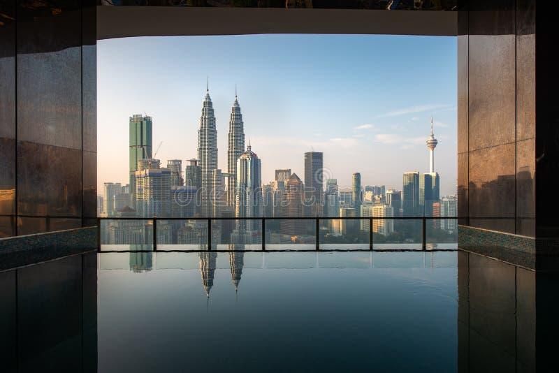 Simbassäng på taköverkant med härlig stadssikt i morgon på Kuala Lumpur, Malaysia Lopp- och semesterbegrepp royaltyfri foto