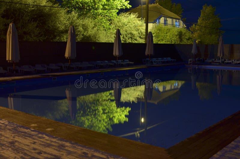 Simbassäng utomhus på natten royaltyfri foto