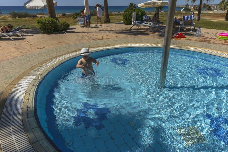 Simbassängareaon Cypern royaltyfri foto