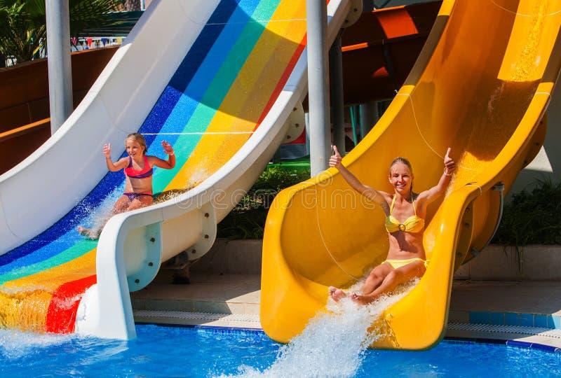 Simbassängen glider för barn på vattenglidbana på aquapark royaltyfria foton