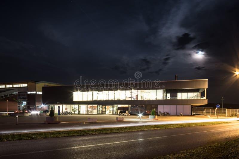 Simbassänger Slavonski Brod, Kroatien, på natten royaltyfri bild