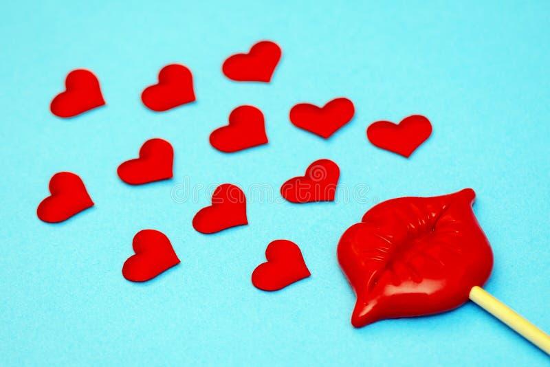 Simboli dei giorno-cuori del biglietto di S. Valentino, baci, regalo, labbra, amore Fondo pianamente in basso fotografie stock