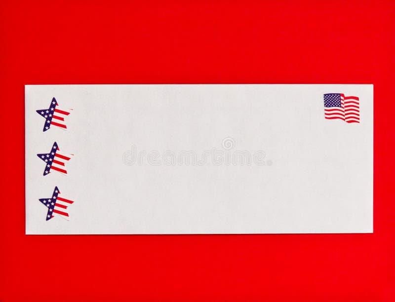 Simboli delle stelle e della bandiera americana sulla busta della posta fotografia stock libera da diritti