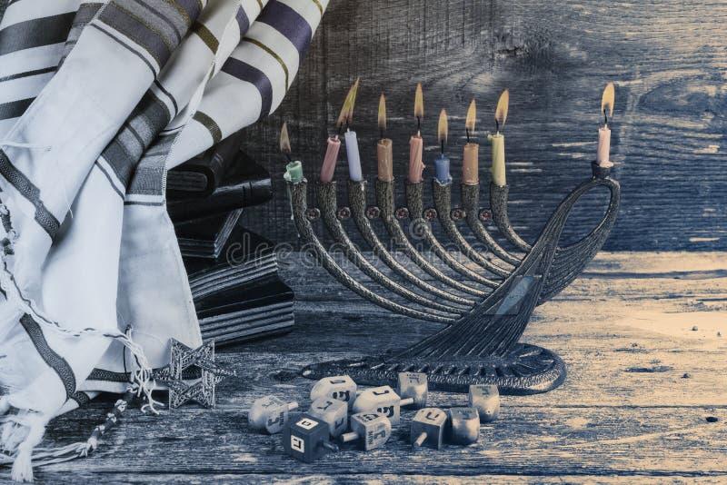 Simboli ebrei del hannukah di festa - menorah, ciambelle, monete del chockolate e dreidels di legno immagini stock