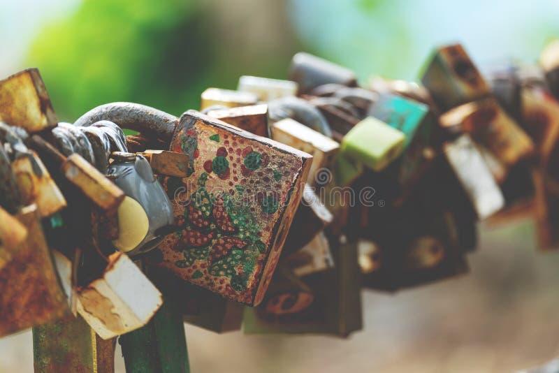 Simbolico di amore padlocks sulla ferrovia del ponte fotografia stock