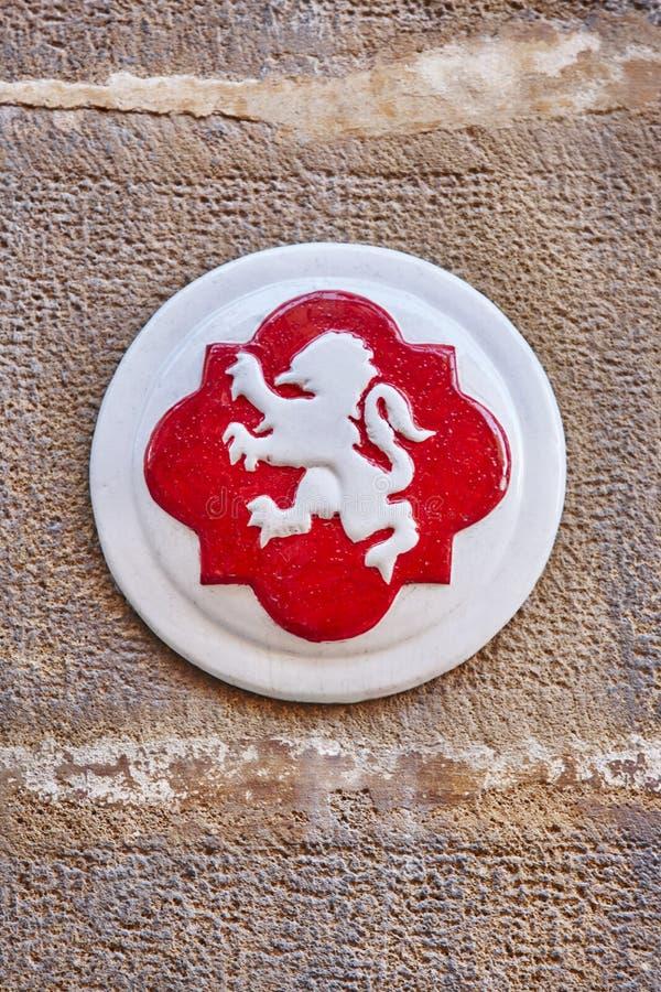 Simbolo antico della citt? di Ubeda Leone bianco e fondo rosso Jaen immagine stock