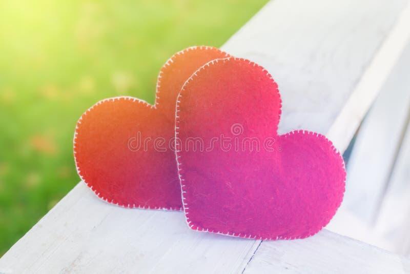 Simbolo astratto del fondo di giorno di biglietti di S. Valentino Un concetto di due cuori di amore immagine stock