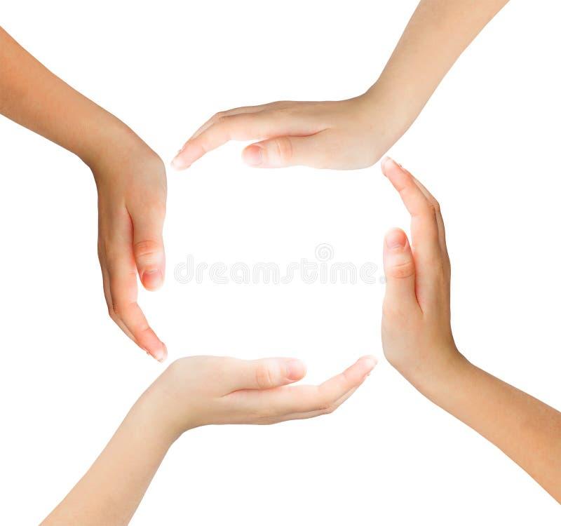 Simbolo concettuale delle mani umane multirazziali che fanno un cerchio sopra fotografia stock libera da diritti