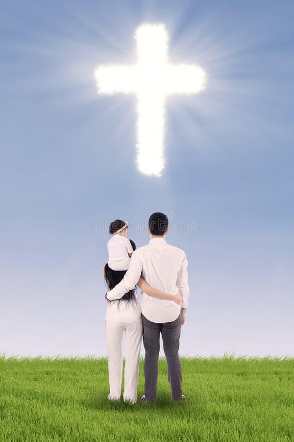 Simbolo cristiano dell'incrocio e della famiglia fotografia stock libera da diritti
