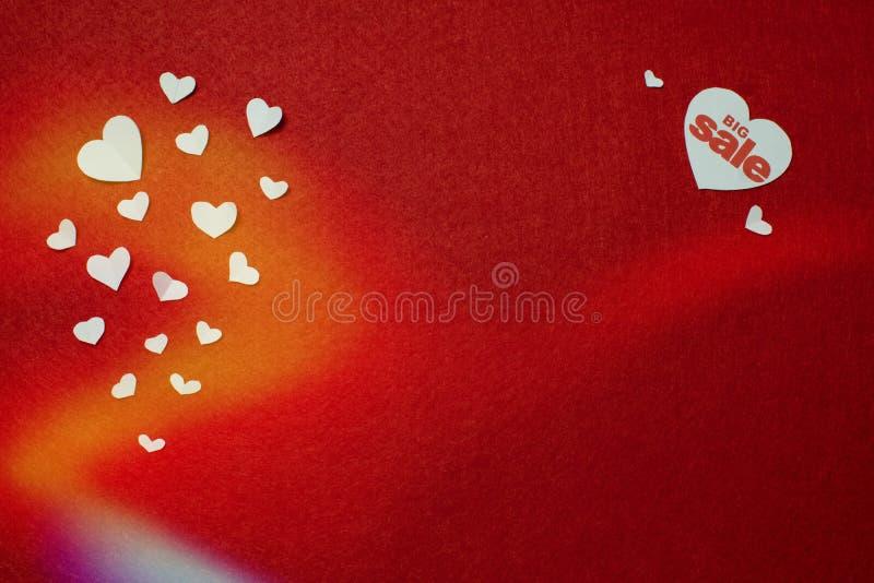 Simbolo da vendere nel cuore bianco ed in molti piccoli cuori Il concetto delle vendite di festa fotografia stock libera da diritti