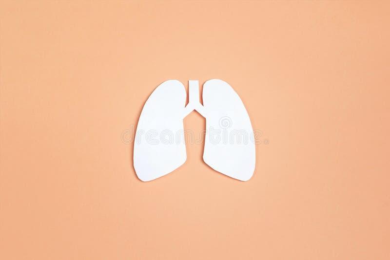 Simbolo dei polmoni su fondo giallo Giorno di tubercolosi di mondo fotografia stock