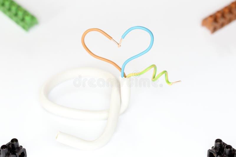 Simbolo del cuore con cavo elettrico immagine stock