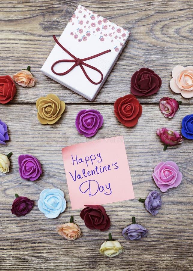 Simbolo del giorno del ` s del biglietto di S. Valentino Il contenitore di regalo con il gruppo di cuore ha modellato le rose sul fotografia stock