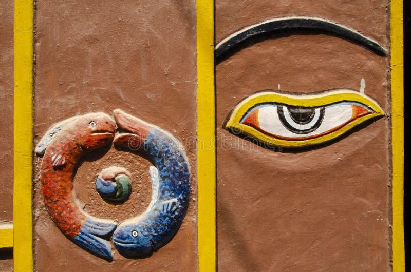 Simbolo del pesce ed occhio di Buddha a Kathmandu immagini stock libere da diritti