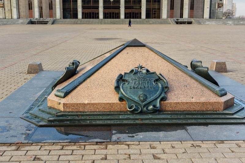 Simbolo del quadrato zero di chilometro ad ottobre a Minsk belarus fotografie stock libere da diritti