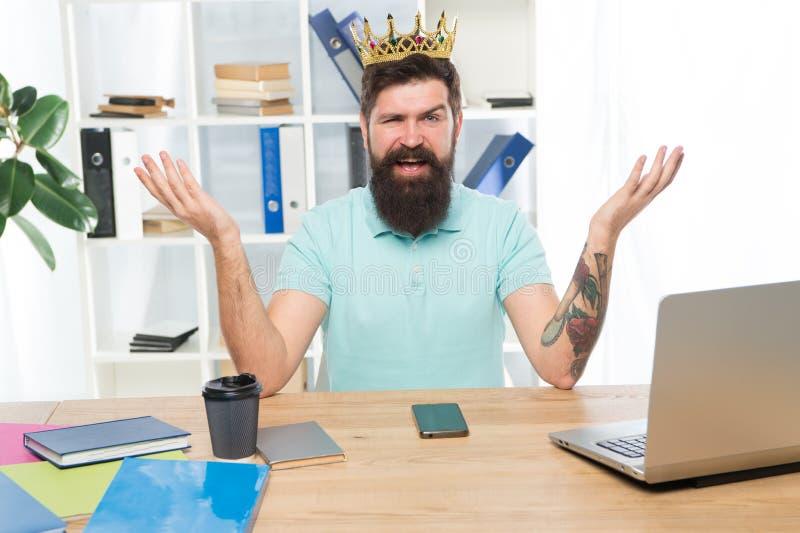 Simbolo dell'uomo egoista e narcistico del narcisista in corona Concetto di narcisismo e di egoismo Uomo felice barbuto fotografia stock