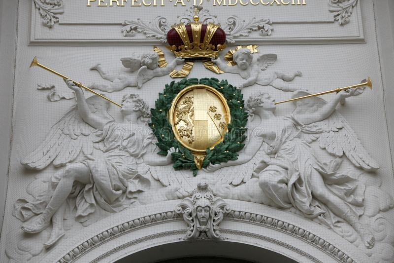 Simbolo della corona degli imperatori a Hofburg, Vienna immagini stock