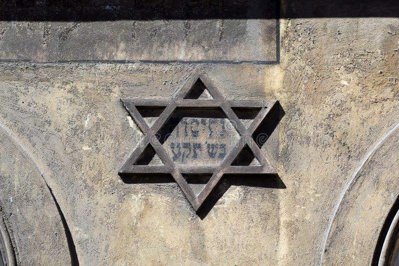 Simbolo della stella di Davide ebrea sulla parte anteriore su vecchia costruzione nel kazimierz-distretto di Cracovia in Polonia immagini stock