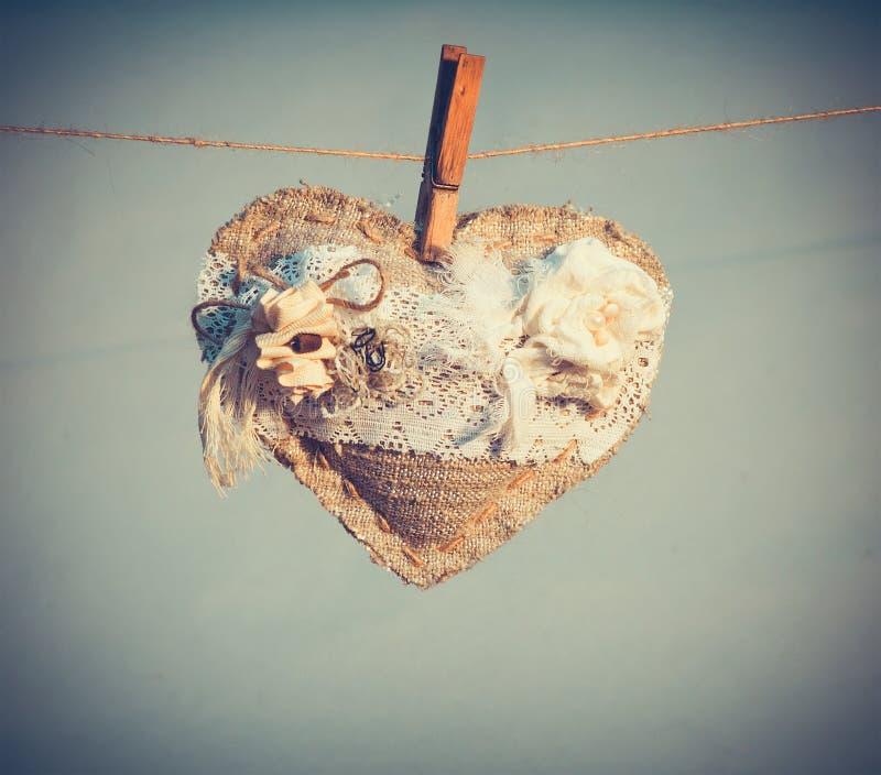 Simbolo di amore di forma del cuore con il regalo di festa di giorno di biglietti di S. Valentino della decorazione dei fiori bian immagini stock