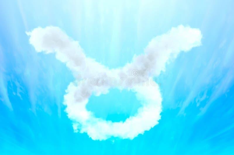 Simbolo di astrologia in materiale della nuvola - Toro fotografia stock libera da diritti