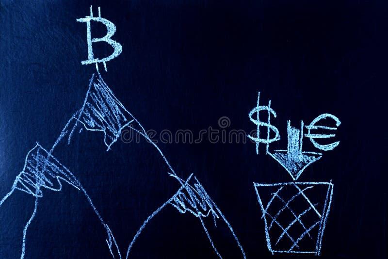 Simbolo di Bitcoin sopra la montagna, il dollaro e l'euro al piede della montagna Un simbolo di crescita e di direzione E fotografie stock libere da diritti