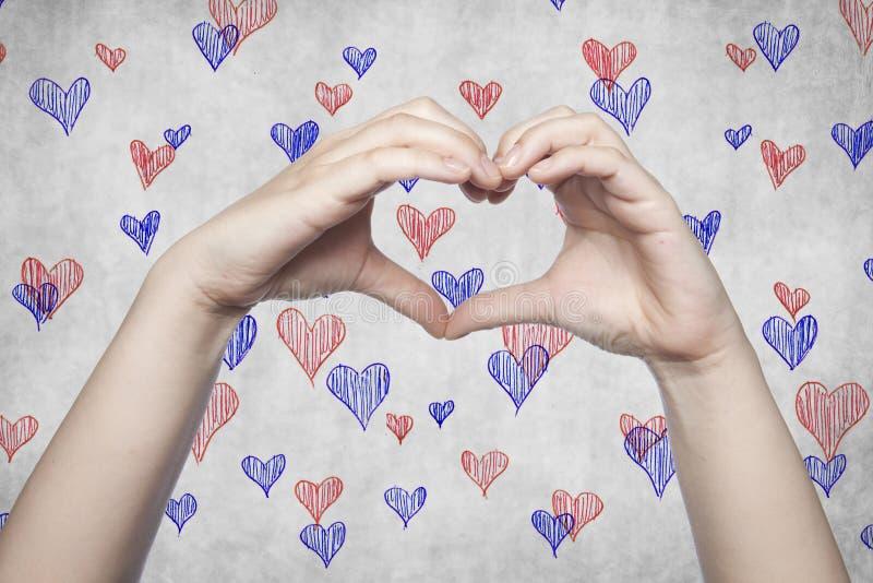 Simbolo di cuore e di amore fatti con le mani fotografia stock