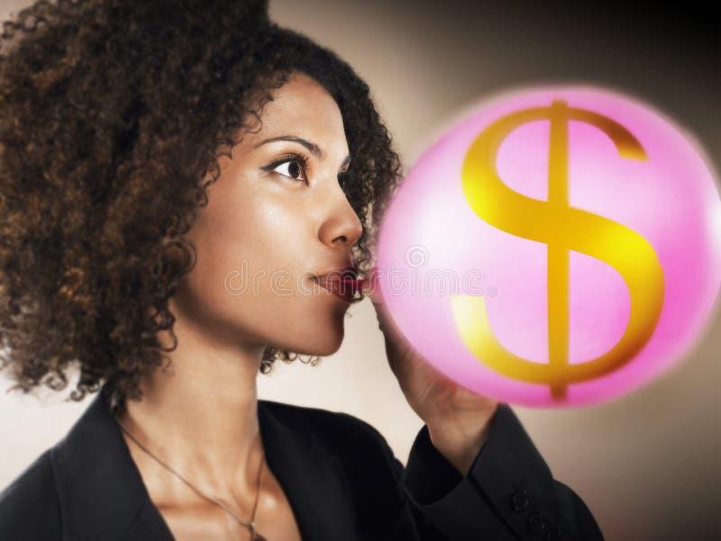 Simbolo di dollaro di Blowing Balloon With della donna di affari immagini stock libere da diritti