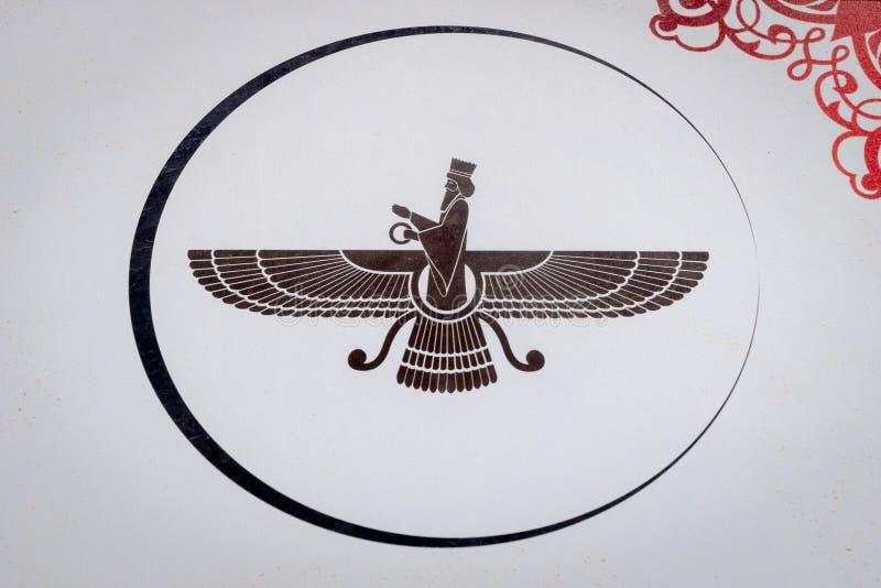 Simbolo di Faravahar di Zoroastrismo preso alla torre di silenzio, sito antico Yazd, Iran dello zoroastriano immagini stock libere da diritti