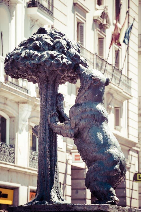 Simbolo di Madrid. Statua dell'orso e del corbezzolo, Puerta del Sol, Spagna. fotografie stock libere da diritti