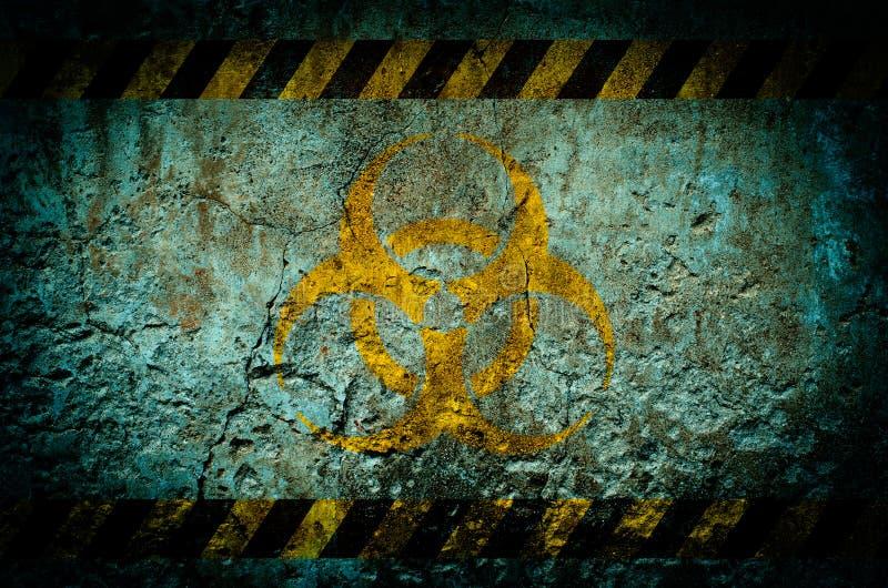 Simbolo di pericolo di radiazione nucleare sul fondo della parete di lerciume immagine stock libera da diritti