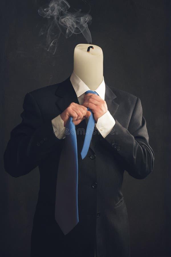 Simbolo di un uomo d'affari con la sindrome di burnout fotografia stock libera da diritti