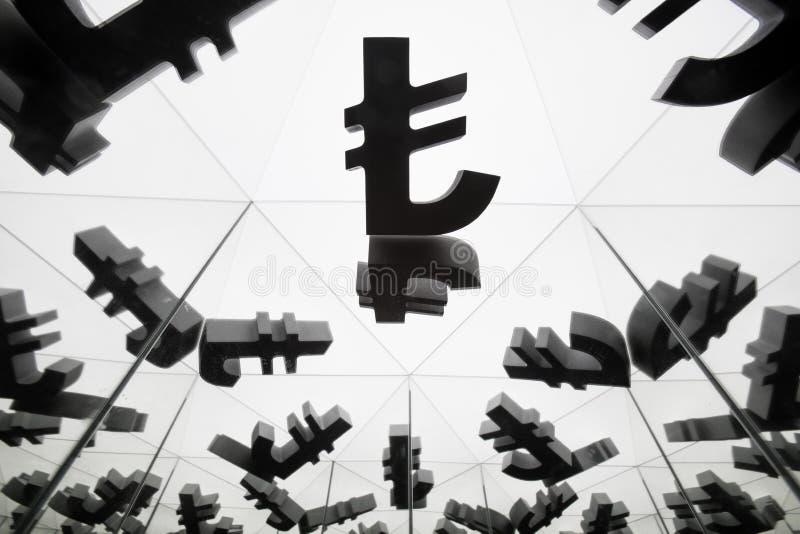 Simbolo di valuta della Lira turca con molte immagini rispecchiantesi di se stesso fotografie stock libere da diritti