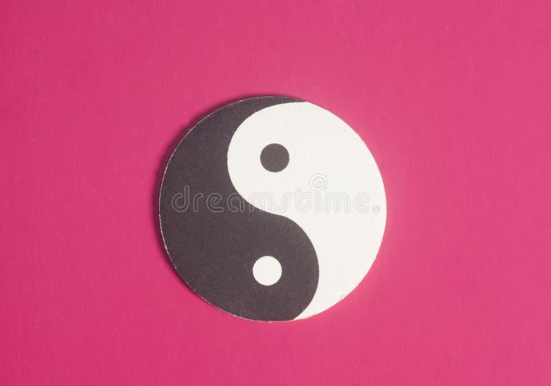 Simbolo di yin yang fatto di carta sulla porpora fotografia stock libera da diritti