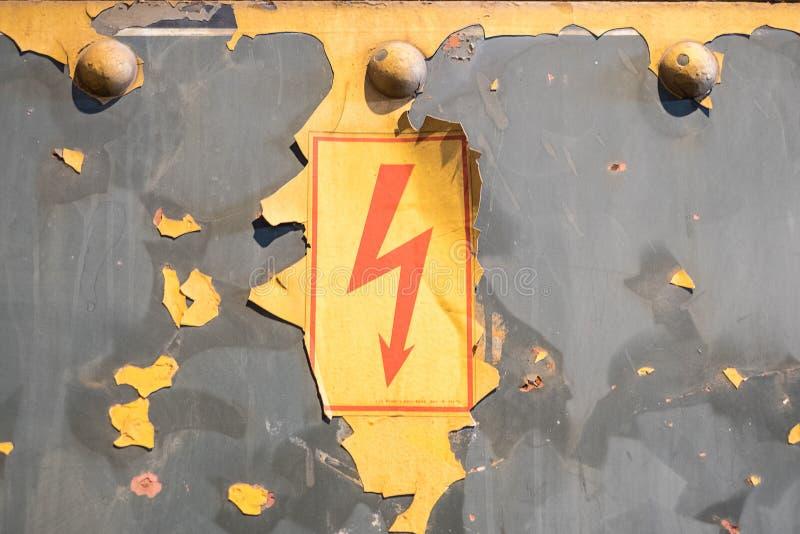 Simbolo istantaneo, vecchio segnale di pericolo, cution - elettricità sull'annata b fotografia stock libera da diritti