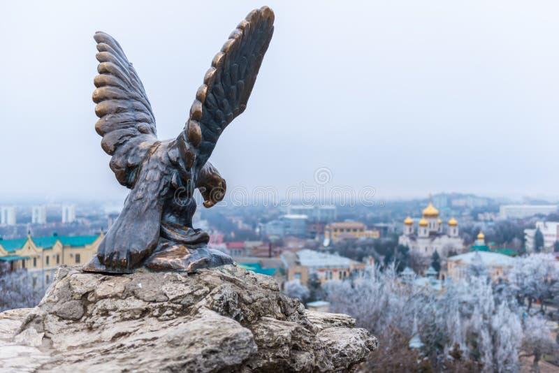 Simbolo la scultura bronzea di un'aquila che combatte un serpente su una montagna di Mashuk dentro immagine stock
