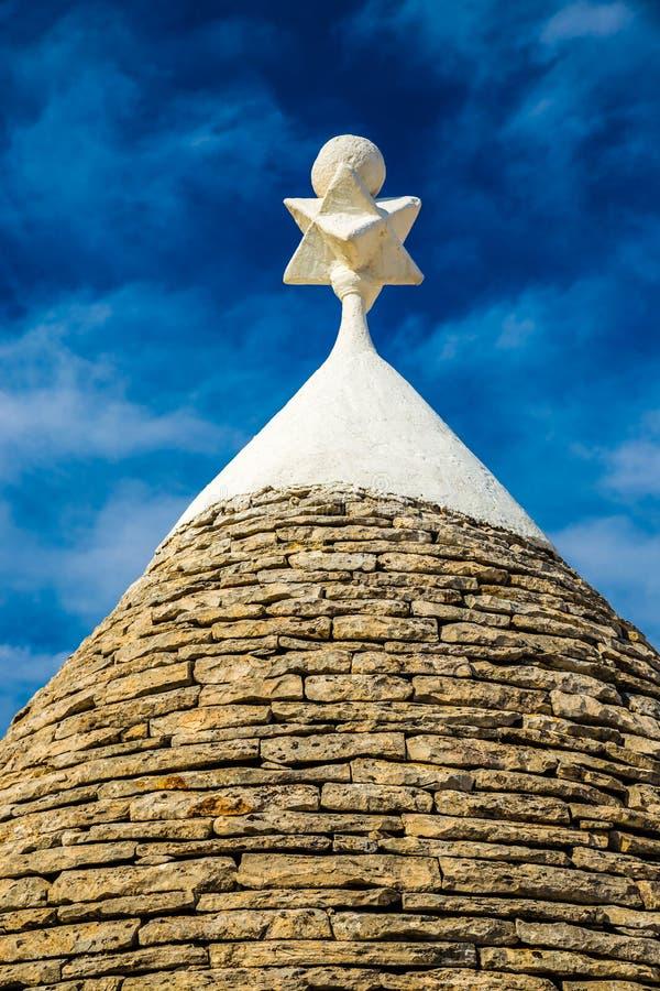Simbolo sul tetto della Camera di Trullo - Alberobello, Italia fotografia stock libera da diritti