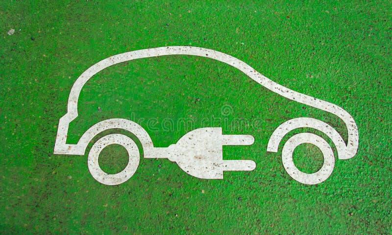 Simbolo sulla pavimentazione di un carico dell'automobile elettrica immagine stock