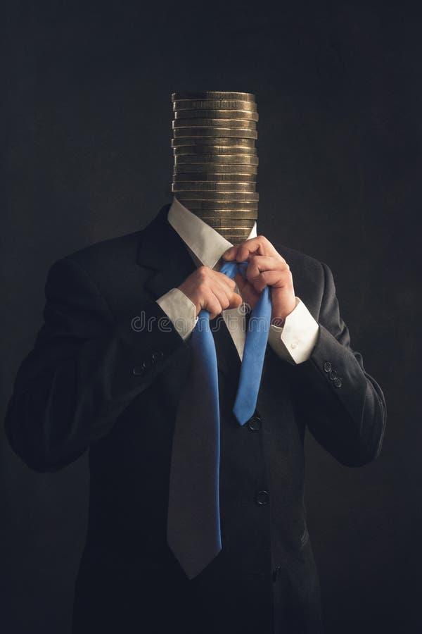 Simbolo, uomo d'affari con le monete invece una testa fotografie stock
