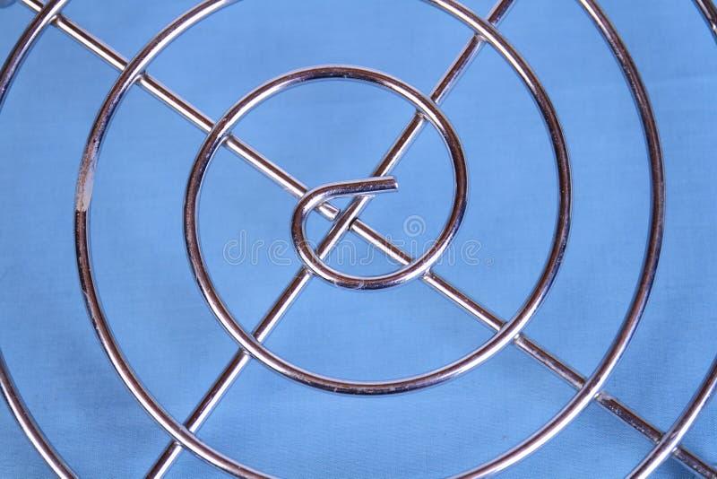 Simetría y modelos en un fondo azul fotografía de archivo
