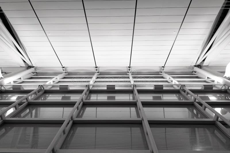 Simetria arquitetónica preto e branco imagem de stock