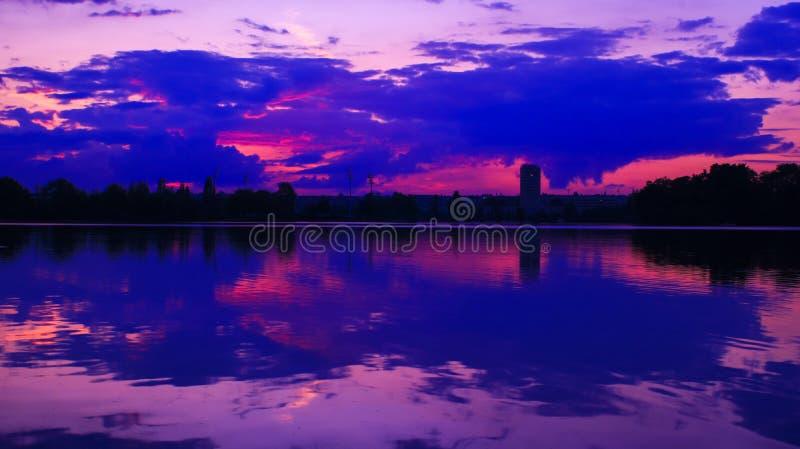 Simetria do céu e das nuvens em um lago fotos de stock