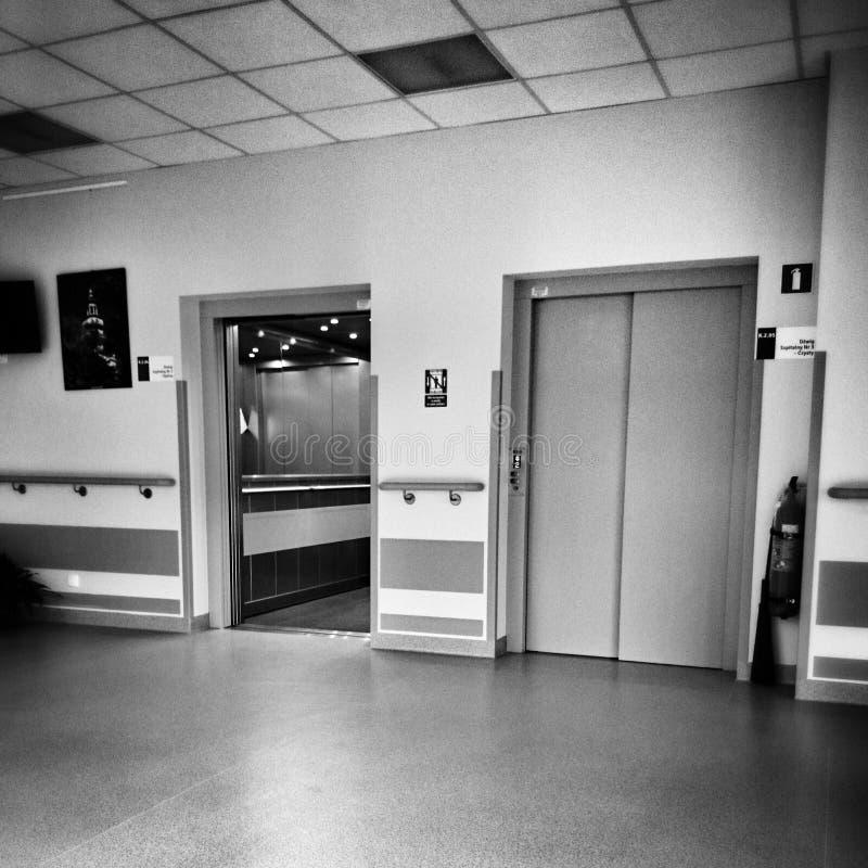 Simetria do hospital Olhar artístico em preto e branco imagem de stock