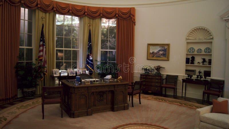 SIMI-VALLEI, CALIFORNIË, VERENIGDE STATEN - OCT 9, 2014: De nauwkeurige replica van het Witte Huis ovaal bureau van Ronald Reagan stock foto's