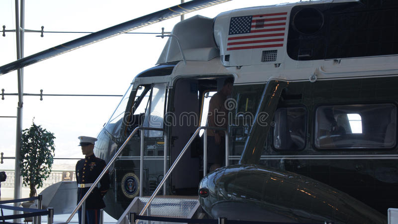 SIMI VALLEY KALIFORNIEN, FÖRENTA STATERNA - OKTOBER 9, 2014: Air Force One Boeing 707 och flotta 1 på skärm på Reaganen royaltyfria bilder