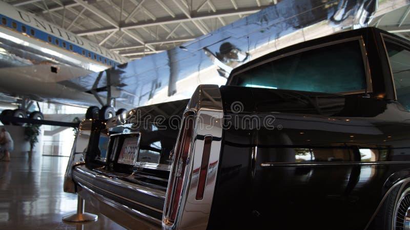 SIMI VALLEY KALIFORNIEN, FÖRENTA STATERNA - OKTOBER 9, 2014: Presidents- bilkortege på skärm på Ronald Reagan Library och fotografering för bildbyråer